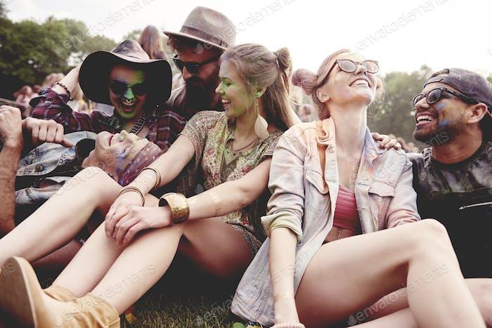 Grupo sonriente de amigos en el festival de verano