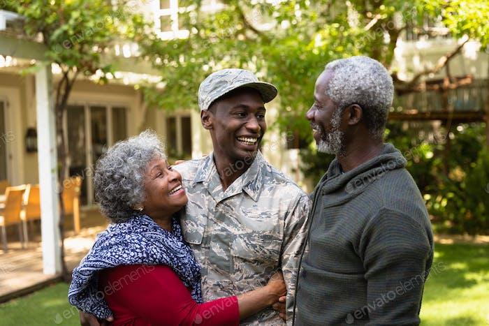 Soldat mit Eltern
