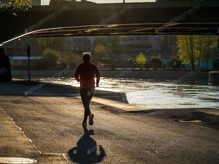 Morgenjoggen entlang des Flusses