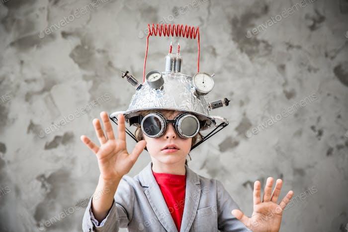 Kind mit Spielzeug Virtual Reality Headset