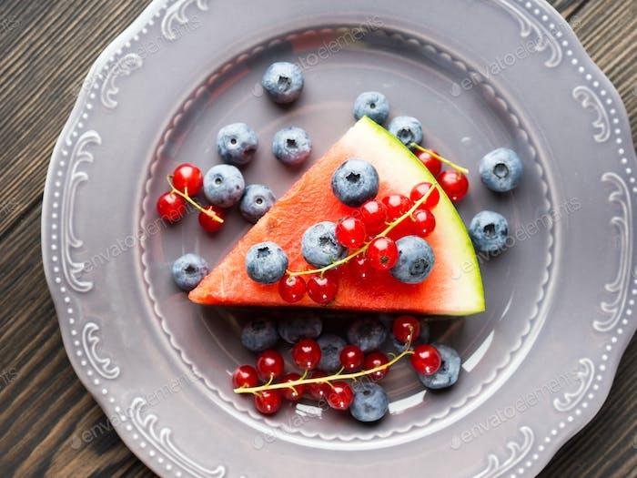 Scheibe Wassermelone Pizzakuchen mit Beeren