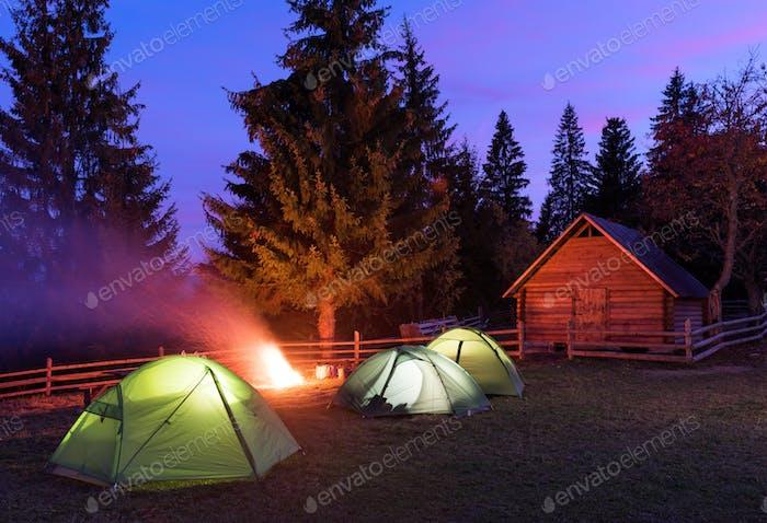 Drei Zelte von innen beleuchtet