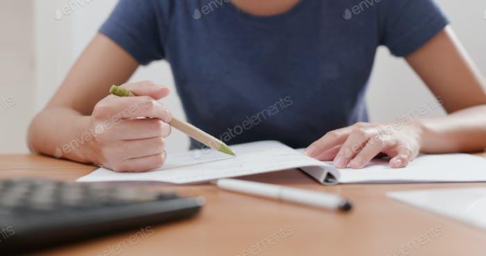 Mujer estudia en casa
