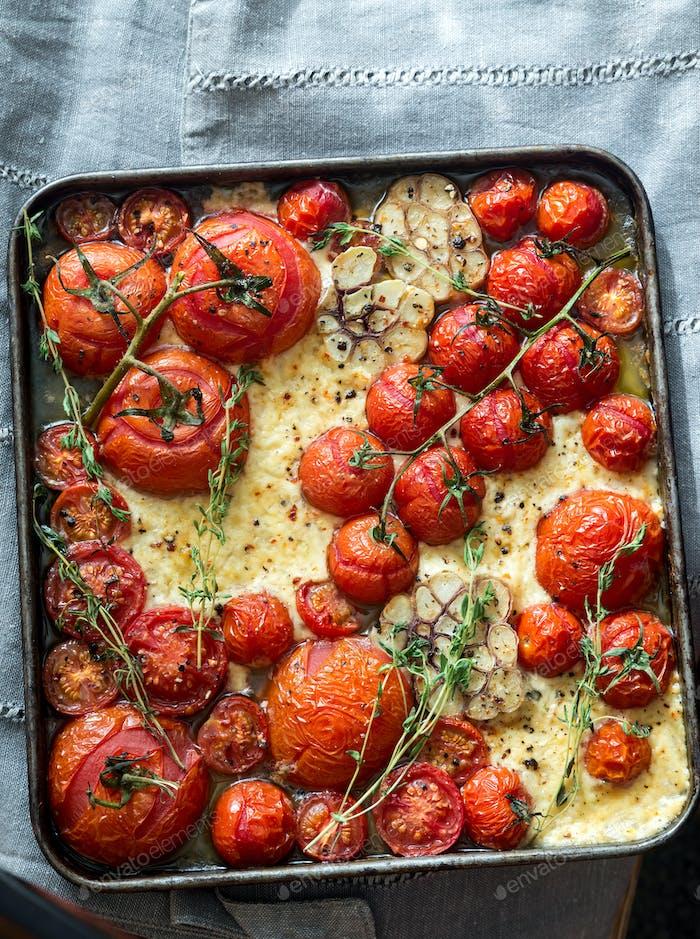 Frische Tomaten, Feta, Knoblauch und Thymian auf dem Tablett