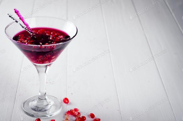 Granatapfel-Martini mit Granatapfelkernen in einem Glas