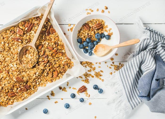 Hafermüsli mit Pekannüssen, Joghurt und Heidelbeere in Schüssel