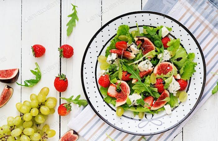Einfacher vegetarischer Salat mit Feigen, Erdbeeren, Trauben, Blauschimmelkäse