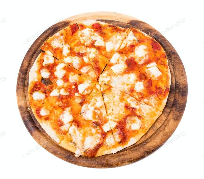 Köstliche Margarita Pizza auf Holzplatte.