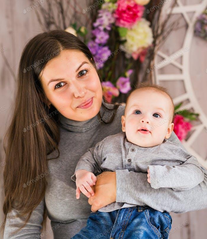 glückliche Familie. Mutter spielt mit ihrem Baby im Zimmer.