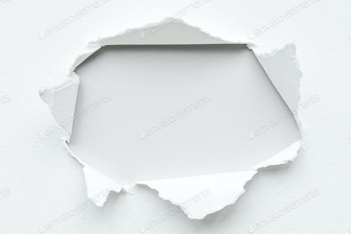 Zerrissenes Papierdesign an einer Wand