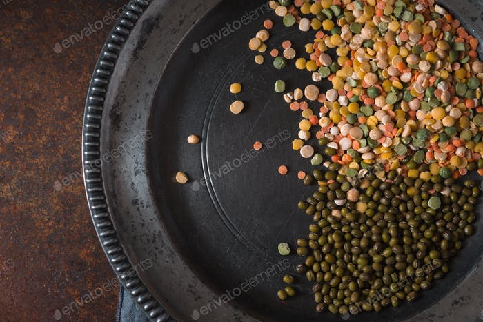 Placer lentils on a pewter plate on the table