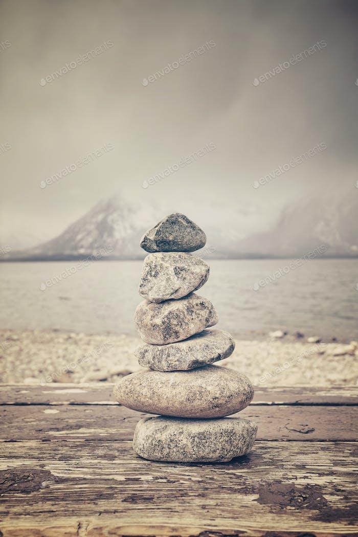Винтажный тонированный стек камней, баланс и концепция гармонии.