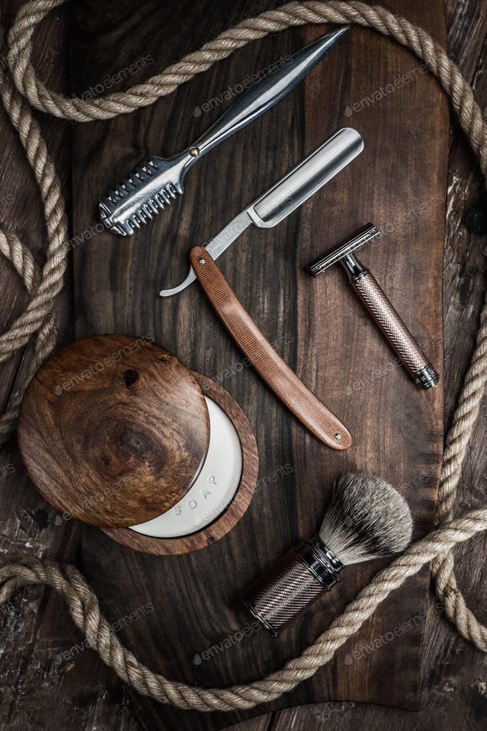 Аксессуары для бритья на роскошном деревянном фоне