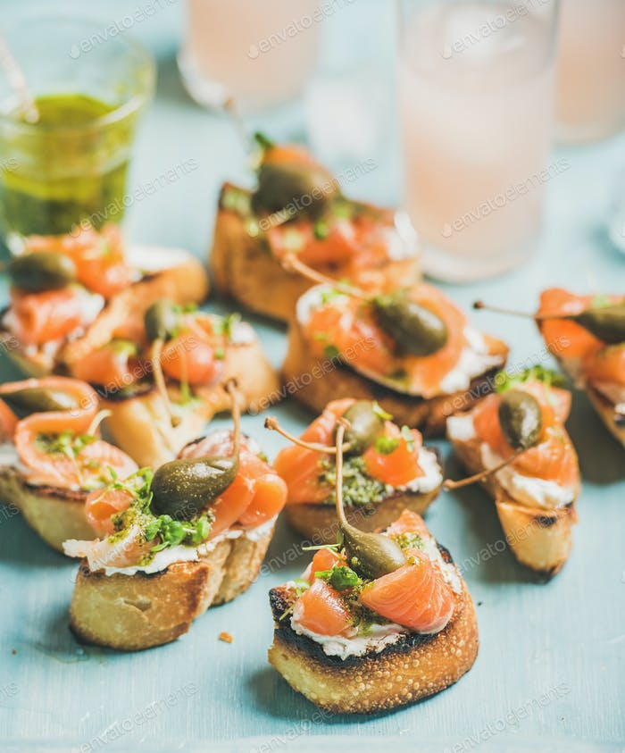 Crostini with smoked salmon and pink grapefruit cocktails