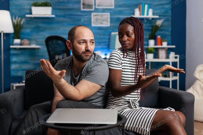 Pareja interracial enojada teniendo discusión y disputa