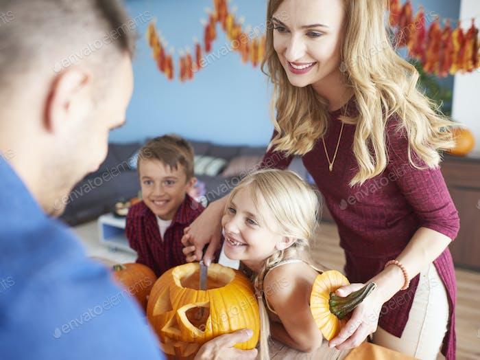 Glückliche Familie und Halloween-Zeit