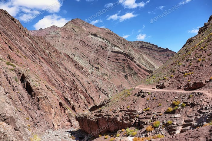 Bunte zerklüftete Berge und Fluss entlang Markha Valley Trek, Ladakh, Indien.
