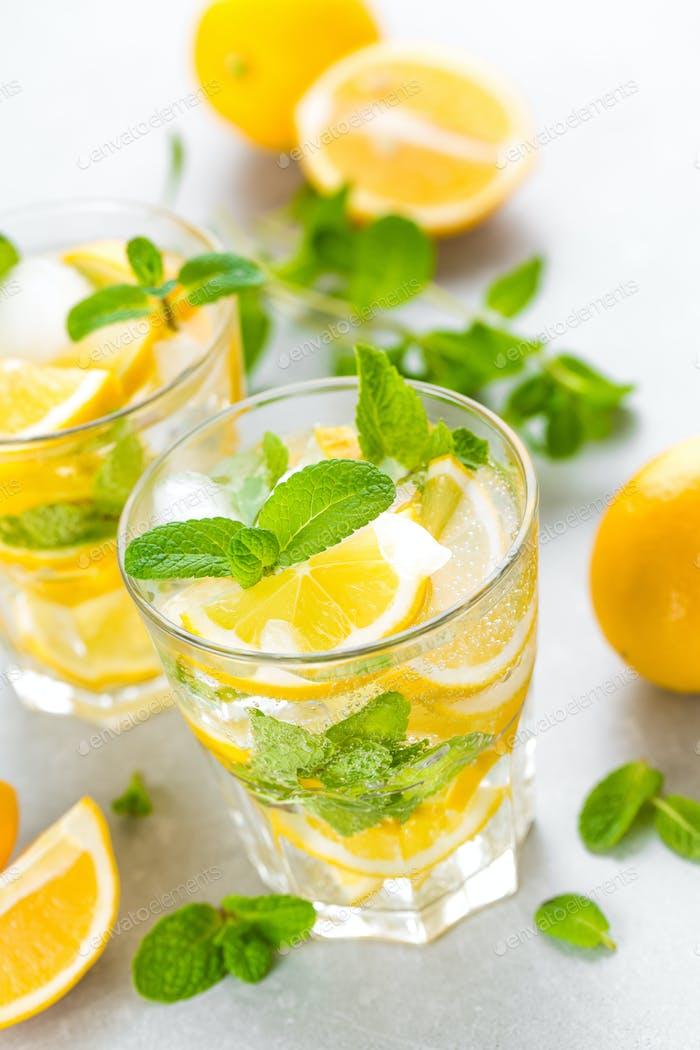 Zitronenmojito Cocktail mit frischer Minze, kaltes erfrischendes Sommergetränk oder Getränk mit Eis