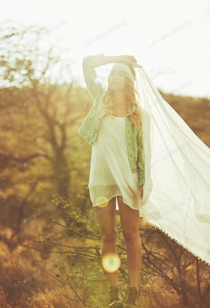 Mode-Porträt der schönen jungen Frau