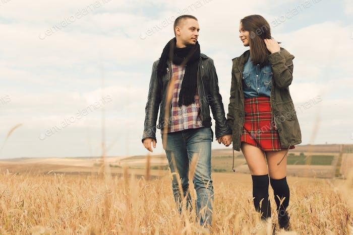 Junge moderne stilvolle Paar im freien