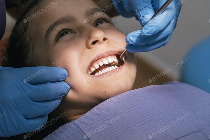 Nahaufnahme des Zahnarztes während einer zahnärztlichen Intervention mit einem Patienten. Zahnarzt Konzept