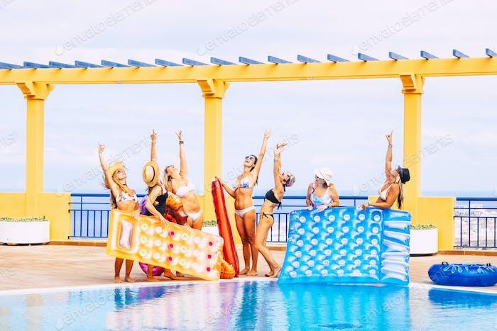 Gruppe von glücklichen Frauen genießen zusammen das blaue Wasser Schwimmbad