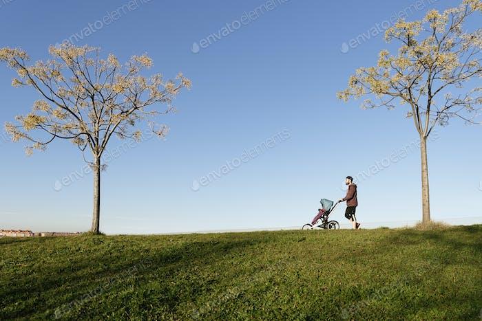 Vater und Sohn gehen im Park.