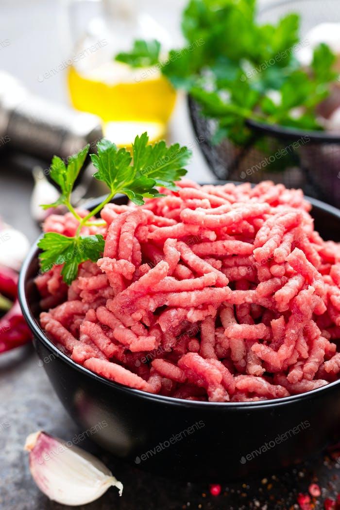 Rohes Hackfleisch mit Zutaten zum Kochen. Frisches Hackfleisch