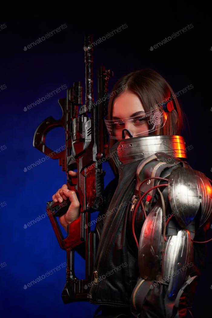 Futuristische Frau mit Brille und Gewehr auf dunkelblauem Hintergrund