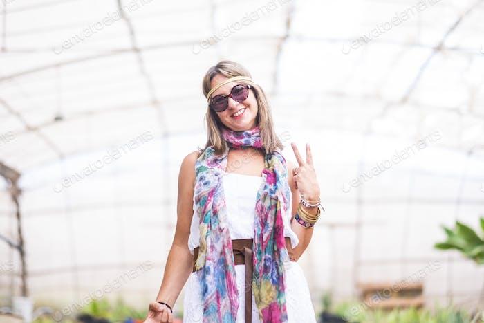 Fröhliche bunte Hippie-Stil frei und lächelnd