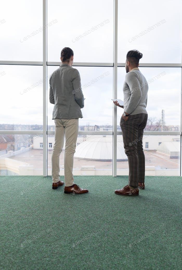 Zwei Geschäftsmann mit Tablet Computer Coworking Center Business Team Mitarbeiter stehen vor Groß