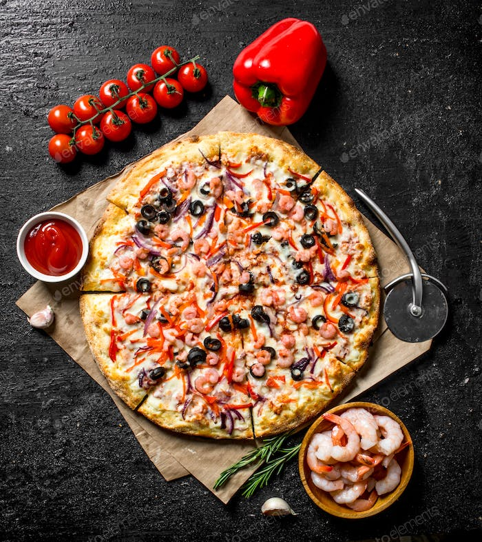 Sea pizza with bell peppers, tomatoes and shrimp.