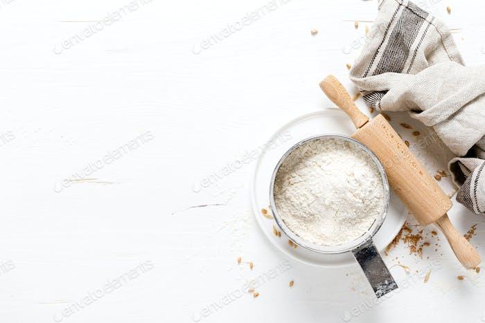 Harina en encimera de cocina blanca, hornear fondo culinario, espacio de copia, vista aérea