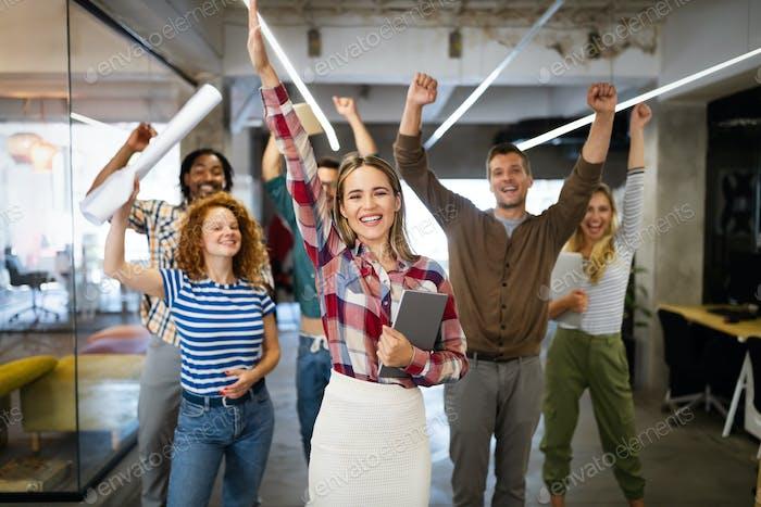 Grupo de personas de negocios felices exitosas en la oficina celebrando beneficios
