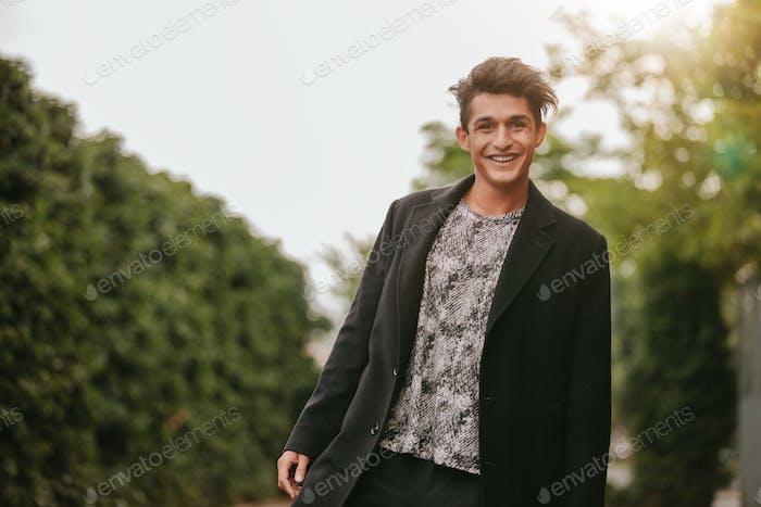 guapo joven Hombre de pie al aire libre