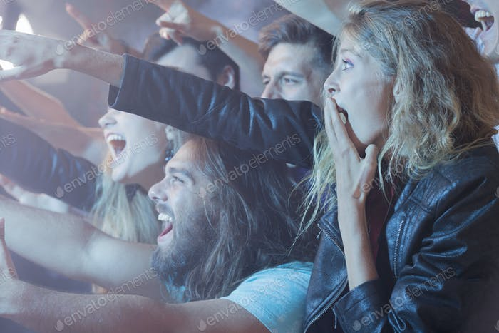 Excidet Menschen, die beim Rockkonzert stehen