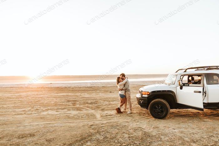 Schönes junges Paar am sonnigen Strand