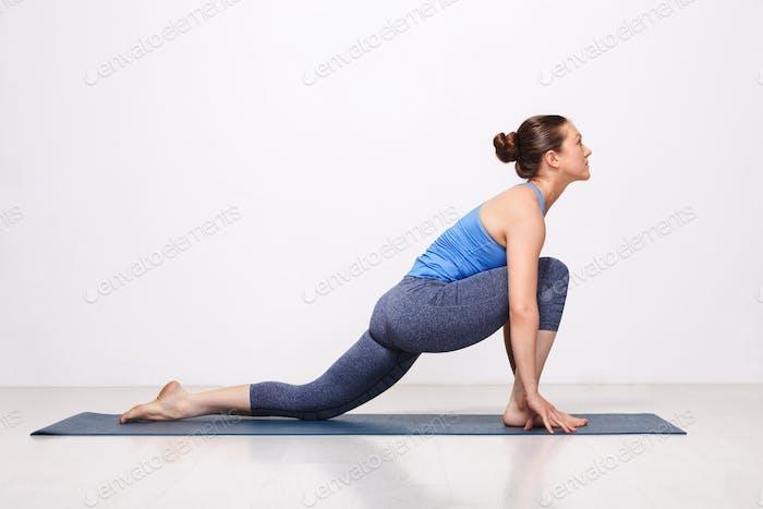 Frau tun Hatha Yoga Asana Anjaneyasana