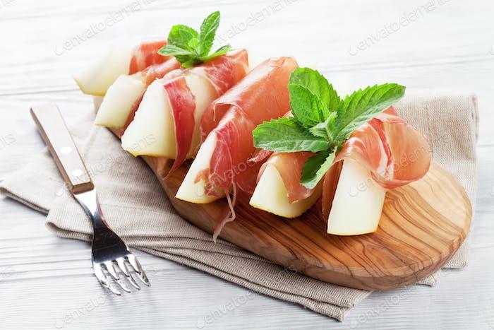Frische Melone mit Schinken und Minze