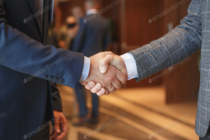 Les hommes se serrent la main lors d'une réunion d'affaires