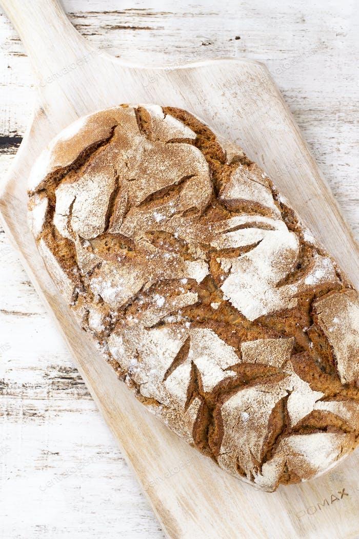 Sliced rye bread on cutting board, closeup.