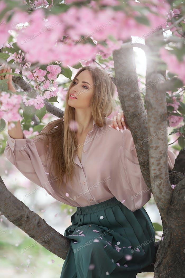 Frau bei blühenden Sakura Baum auf der Natur