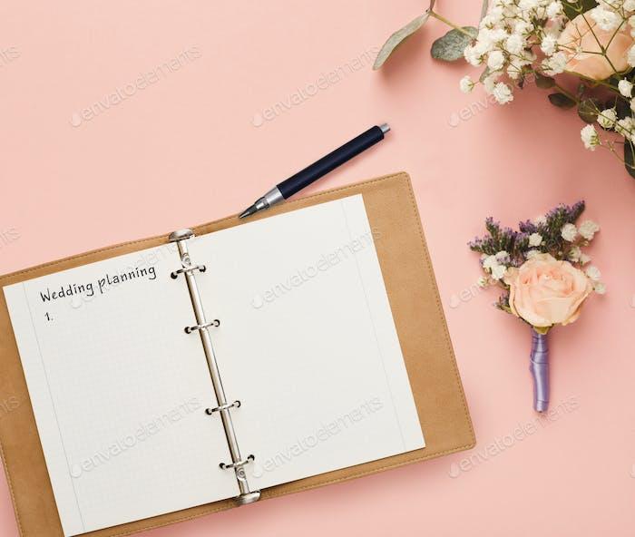 Notizblock mit Hochzeitsplanung Checkliste und Brautblumenstrauß Komposition, kreativer Hintergrund