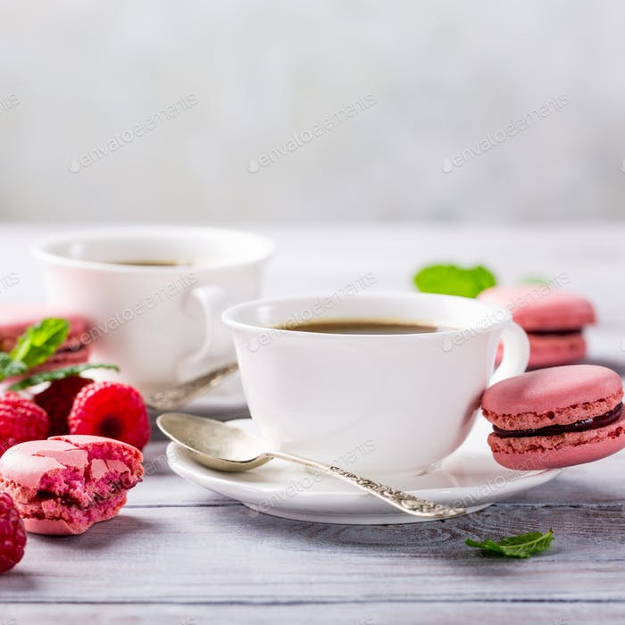 Tasse Kaffee mit französischen Himbeermakronen
