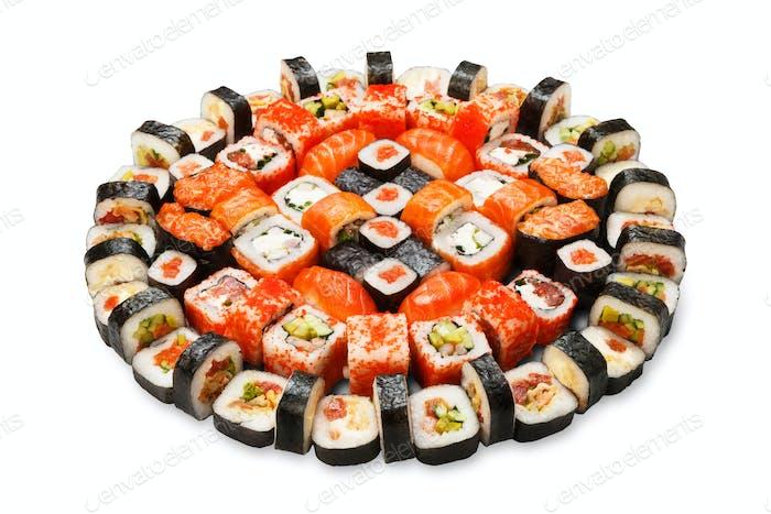 Set von Sushi, Maki und Rollen isoliert auf weiß