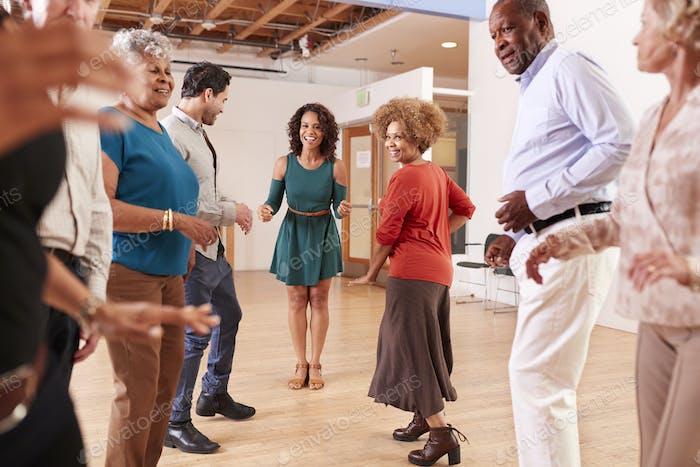Menschen, die Tanzunterricht im Community zentrum besuchen