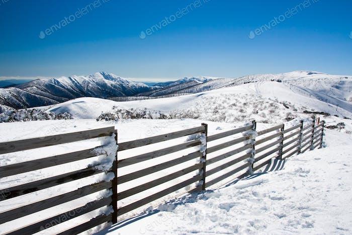 Estación de esquí de Mt Hotham después de la Nieve fresca mirando hacia Mt Feathertop