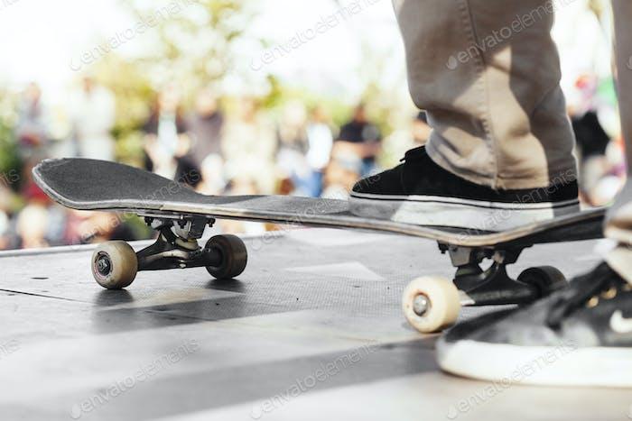 Niedriger Teil des Mannes auf Skateboard