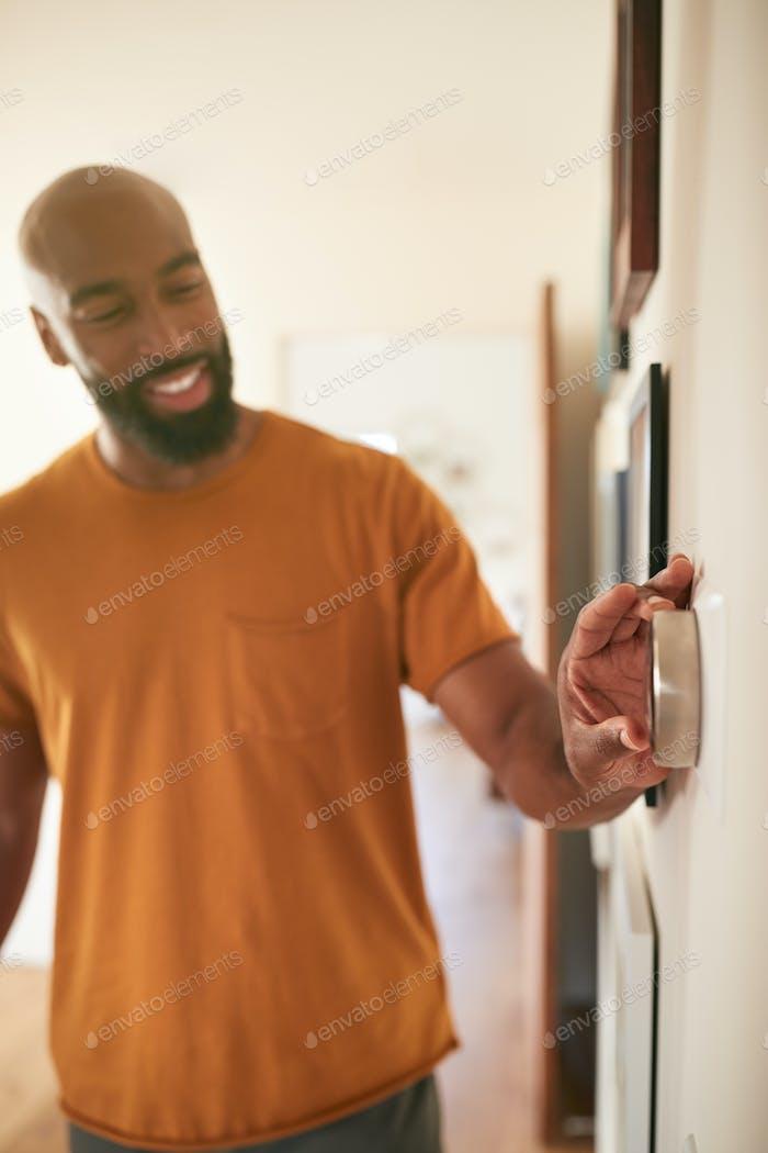 Mann Einstellen Digital Zentralheizung Thermostat Zu Hause