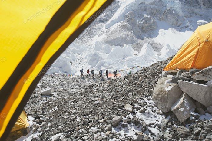 Wanderer rucksackreisen auf dem Berg, in einer Reihe auf einem felsigen Hügel